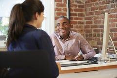 Бизнесмены и коммерсантки встречая в творческом офисе Стоковые Изображения
