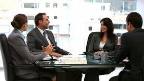 Бизнесмены и коммерсантки работая совместно видеоматериал