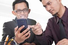 Бизнесмены и современное устройство Стоковое Изображение RF