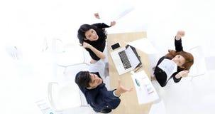 Бизнесмены и успех коммерсанток и выигрывая концепция - happ стоковое изображение