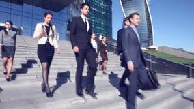 Бизнесмены идут вниз с лестниц акции видеоматериалы