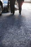 2 бизнесмены идя вниз с улицы города, ноги только Стоковое фото RF