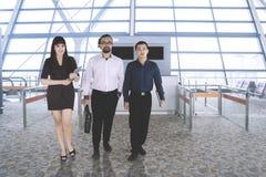Бизнесмены идя в крупный аэропорт Стоковые Изображения RF