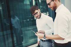 Бизнесмены идя и обсуждая новости Стоковая Фотография RF