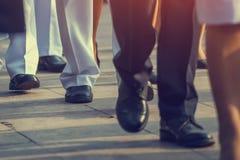 Бизнесмены идя на улицу города на часе пик Стоковые Фотографии RF