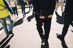 Бизнесмены идя на улицу Стоковое Изображение