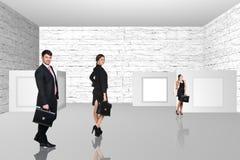 Бизнесмены идя на художественную галерею Стоковые Изображения