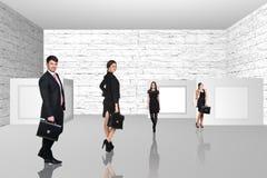 Бизнесмены идя на художественную галерею Стоковая Фотография