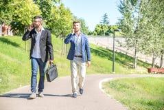 Бизнесмены идя outdoors Стоковое Изображение RF