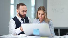 Бизнесмены коллег съемки средства 2 обсуждая новый проект используя ПК ноутбука на современном офисе акции видеоматериалы