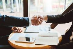 Бизнесмены коллег тряся руки во время встречи для подписания согласования для концепции анализа стратегии нового партнера планиру стоковая фотография