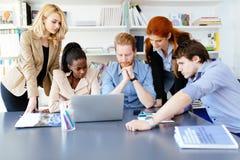 Бизнесмены коллективно обсуждать в офисе на столе стоковая фотография rf