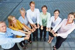 Бизнесмены команды держа большие пальцы руки вверх Стоковые Фотографии RF