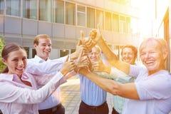 Бизнесмены команды держа большие пальцы руки вверх Стоковое фото RF
