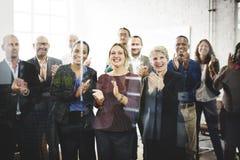 Бизнесмены концепции достижения команды аплодируя стоковое изображение