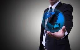Бизнесмены которые представляют концепцию глобальных сетей средств массовой информации ЭлементыÂ этого изображения поставленные  Стоковая Фотография RF