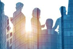 Бизнесмены которые работают совместно в офисе Концепция сыгранности и партнерства Стоковые Фото