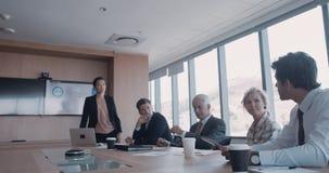 Бизнесмены коллективно обсуждать в встрече видеоматериал