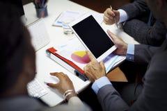 Бизнесмены коллективно обсуждать концепцию рабочего места сыгранности Стоковое Фото