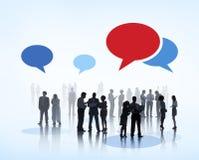 Бизнесмены коллективно обсуждать с пузырями речи Стоковое Фото