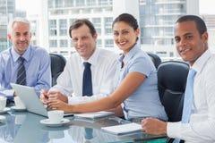 Бизнесмены коллективно обсуждать Стоковое Изображение