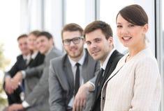 Бизнесмены менеджера и группы женщины в офисе Стоковая Фотография