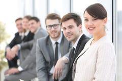 Бизнесмены менеджера и группы женщины в офисе Стоковые Изображения RF