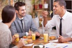 Бизнесмены наслаждаются в обеде на ресторане Стоковое фото RF