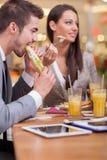 Бизнесмены наслаждаются в обеде на ресторане Стоковые Фотографии RF