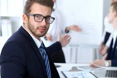 Бизнесмены на встрече в офисе Сфокусируйте на жизнерадостных усмехаясь стеклах бородатого человека нося Конференция, корпоративно стоковая фотография