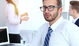 Бизнесмены на встрече в офисе Сфокусируйте на жизнерадостных усмехаясь стеклах бородатого человека нося Конференция, корпоративно стоковые изображения rf