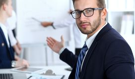 Бизнесмены на встрече в офисе Сфокусируйте на жизнерадостных усмехаясь стеклах бородатого человека нося Конференция, корпоративно стоковое фото