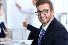 Бизнесмены на встрече в офисе Сфокусируйте на жизнерадостных усмехаясь стеклах бородатого человека нося Конференция, корпоративно стоковое изображение