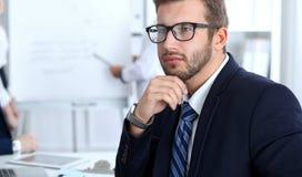Бизнесмены на встрече в офисе Сфокусируйте на жизнерадостных усмехаясь стеклах бородатого человека нося Конференция, корпоративно стоковые фотографии rf