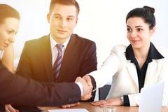 Бизнесмены на встрече в предпосылке офиса Успешные переговоры команды или юристов дела стоковое изображение