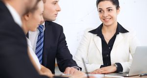 Бизнесмены на встрече в предпосылке офиса Успешные переговоры команды или юристов дела стоковое фото