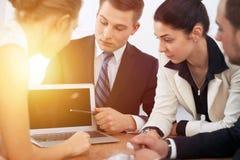 Бизнесмены на встрече в предпосылке офиса Успешные переговоры команды или юристов дела стоковые изображения rf