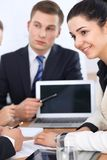 Бизнесмены на встрече в предпосылке офиса Успешные переговоры команды или юристов дела стоковые фотографии rf