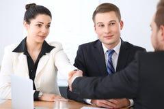 Бизнесмены на встрече в предпосылке офиса Успешные переговоры команды или юристов дела стоковые изображения