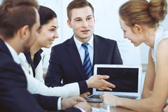 Бизнесмены на встрече в предпосылке офиса Успешные переговоры команды или юристов дела стоковая фотография