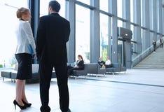 Бизнесмены на зале офисного здания Стоковое Фото