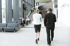 Бизнесмены на зале офисного здания Стоковое Изображение
