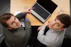 2 бизнесмены на компьютере Стоковые Изображения