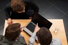Бизнесмены на компьютере Стоковые Фото