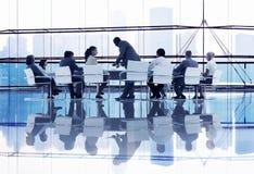 Бизнесмены на конструктивная встреча стоковая фотография