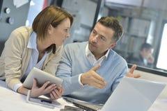 Бизнесмены на офисе обсуждая новое понятие Стоковые Фотографии RF