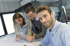 Бизнесмены на офисе обсуждая новое понятие Стоковое Изображение RF