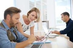 Бизнесмены на офисе работая на компьтер-книжке Стоковые Фото