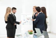 Бизнесмены на представлении в офисе Стоковое Изображение