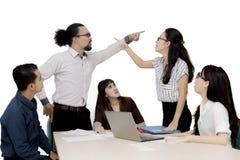 Бизнесмены обвиняя один другого в встрече стоковое фото rf